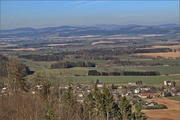 Rozhledna Strážný vrch, pohled k severovýchodu. Vlevo Suchý vrch, dále doprava Buková hora a Králický Sněžník