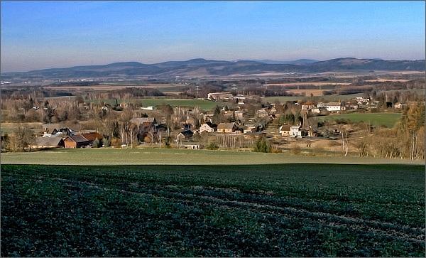 Mladějov na Moravě. V dáli Suchý vrch a Buková hora