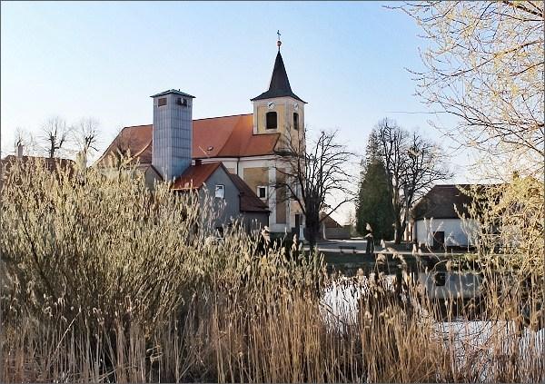 Drahany, dvě věže (kostel sv. Jana Křtitele a hasičská zbrojnice)
