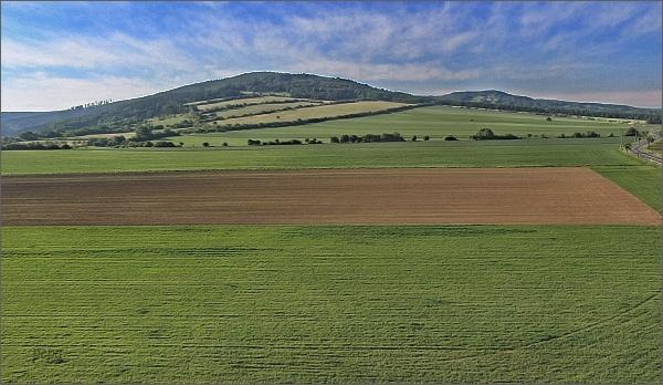 Bílé Karpaty z rozhledny Drahy (uprostřed vrch Paličky)