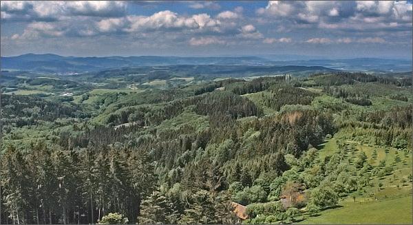 Vartovna, pohled ke Zlínu a na Vizovickou vrchovinu. Vlevo Komonec