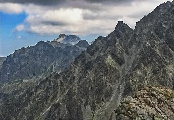Pohled ze Zlomiskovej štrbiny k severovýchodu. Na horizontu Ľadové štíty, v popředí Litvorový štít