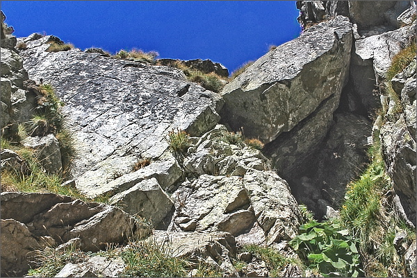 Tudy třeba obejít první skalní práh ve žlabu