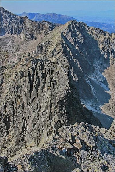 Strapatá veža (v popředí) a Baranie rohy z Malého Pyšného štítu