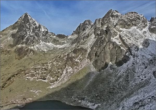 Výstup na Lúčne sedlo, pohled do Rumanovej dolinky.- Vlevo Vysoká, vpravo Zlobivá