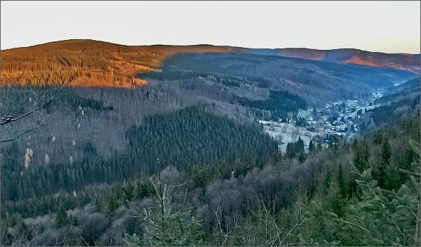 Vyhlídka nad Ludvíkovem. Pohled k Ludvíkovu, vlevo Žárový vrch a stín Vysoké hory