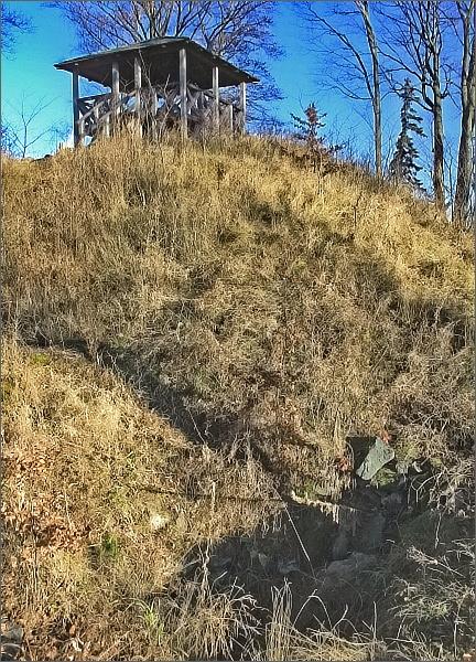 Vyhlídkový altánek na vrcholu Zámecké hory. V popředí patrné zbytky hradu Fűrstenwalde