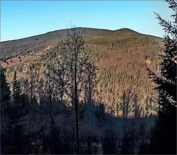 Pohled ze Zámecké cesty přes údolí Střední Opavy. Jména kopců neznám (nejdále Černý vrch?)