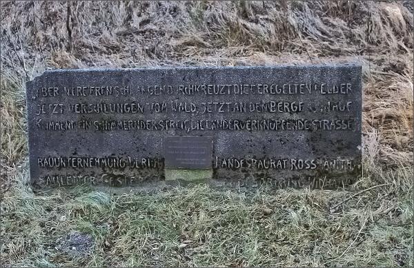 Sedlo Kóta. Pomník k dokončení výstavby Videlské silnice