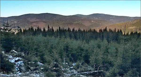 Pohled z úbočí Lyry k severu. Neodvažuji se ještě pojmenovat všechny vrcholy. Ale vpravo Medvědí vrch