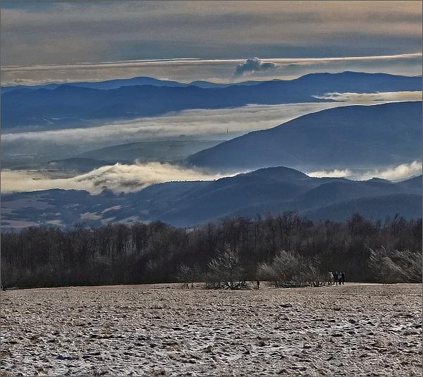 Pohled z Velké Javořiny k jihovýchodu. Sloupec páry z JE Mochovce