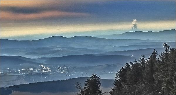 Pohled z Velké Javořiny k jihu. Sloupec páry z JE Jaslovské Bohunice