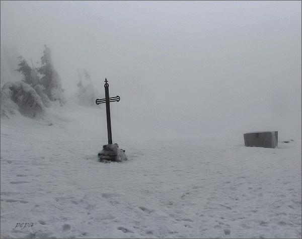 Vřesová studánka. Kovový kříž na místě, kde stával kostel Panny Marie