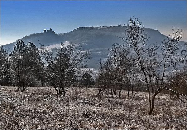 Pohled vpřed. Sirotčí hrádek a Stolová hora