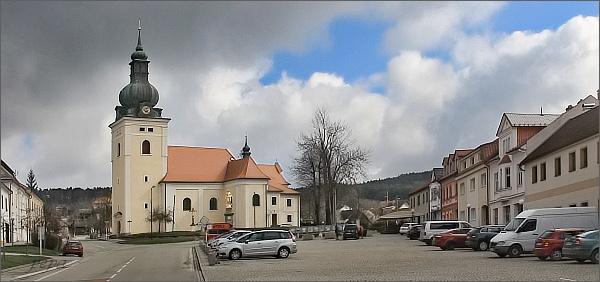 Kunštát, náměstí Krále Jiřího s kostelem sv. Stanislava