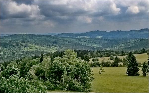 Pohled z rozhledny Nová Ves k severovýchodu. V popředí Solný vrch