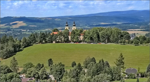 Hora Matky Boží s klášterem z rozhledny Val