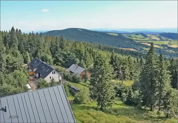 Buková hora přes sklo rozhledny na Suchém vrchu